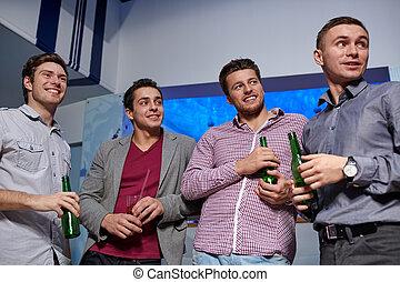 gruppe, von, mann, friends, mit, bier, in, nachtclub