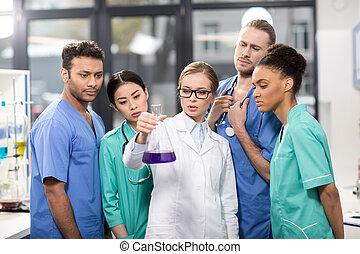 gruppe, von, medizin, arbeiter, analysieren, reagenzglas, in, laboratorium
