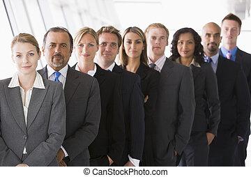 gruppe, von, mitarbeiter, stehende , in, bueroraeume,...