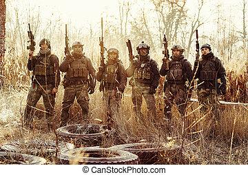 gruppe, von, soldaten, stehende , mit, arme, und, anschauen kamera