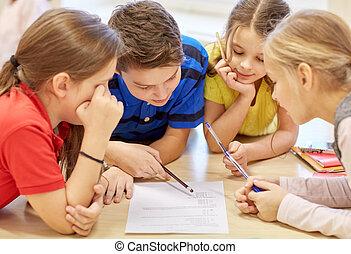 gruppe, von, studenten, sprechende , und, schreibende, an, schule