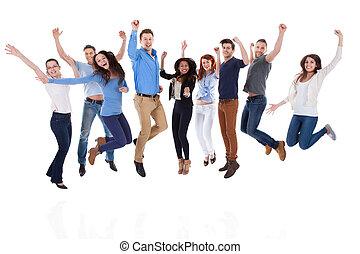 gruppe, von, verschieden, leute, heben armen, und, springende