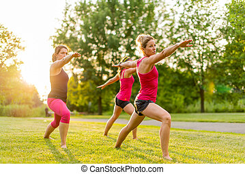 gruppo, 3 donne, yoga, natura
