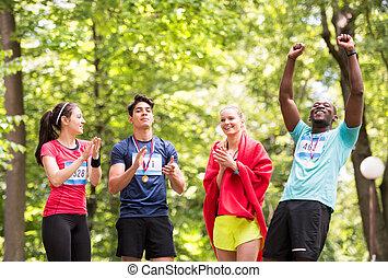 gruppo, adattare, secondo, giovane, race., finitura, amici, felice