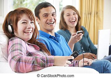 gruppo, amici, digitale, usando, casa, tecnologia