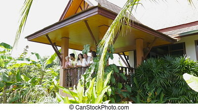 gruppo amici, parlare, su, estate, terrazzo, guardando, foresta tropicale, miscelare, corsa, uomini donne, comunicazione, fuori