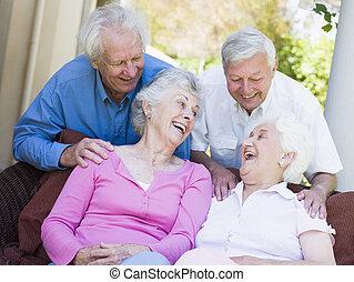 gruppo, anziano, amici ridendo