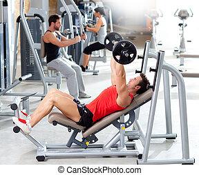 gruppo, con, formazione peso, apparecchiatura, su, sport, palestra