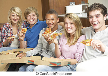 gruppo, di, adolescente, amici, sedere divano, a casa, consumo pizza