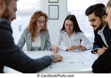 gruppo, di, architetti, lavorare insieme, su, progetto