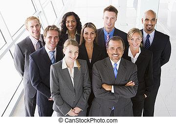 gruppo, di, colleghi lavoro, standing, in, spazio ufficio,...