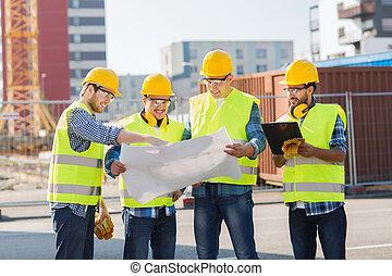 gruppo, di, costruttori, con, pc tavoletta, e, cianografia