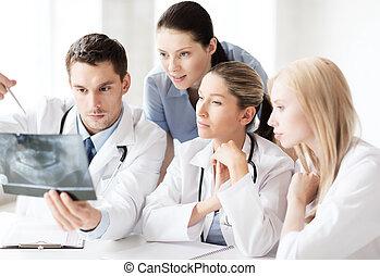 gruppo, di, dottori, guardando raggi x