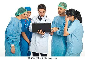 gruppo, di, dottori, usando computer portatile