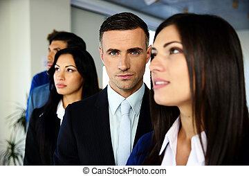 gruppo, di, giovane, colleghi lavoro, standing, fila, a, ufficio
