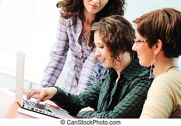 gruppo, di, giovane, felice, persone, guardando, laptop, lavorando, esso