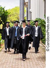 gruppo, di, laureati, camminare, a, cerimonia