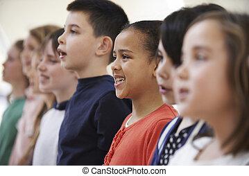 gruppo, di, scolari, canto, in, coro, insieme