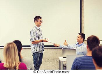 gruppo, di, studenti, e, sorridente, insegnante, con, blocco...