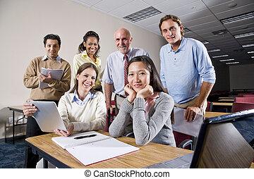 gruppo, di, studenti università, e, insegnante, classe