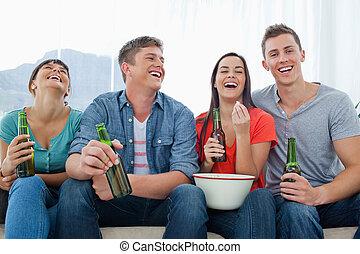 gruppo, essi, sedere insieme, popcorn, birra, ridere, divertirsi, amici