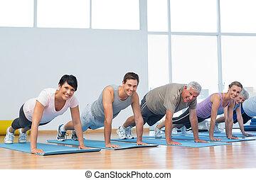 gruppo, fare, spinta, ups, in, fila, a, classe yoga