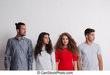 gruppo, folla, concept., giovane, stare in piedi, ritratto, amici, studio, fuori