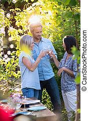 gruppo, intorno, amici, raccolto, tavola, summer., giardino