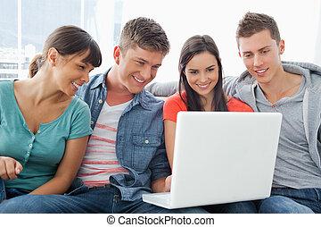 gruppo, intorno, seduta, laptop, sorridente, amici