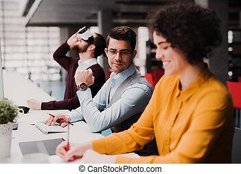 gruppo, lavorativo, ufficio., giovane, businesspeople, vr, occhiali protezione