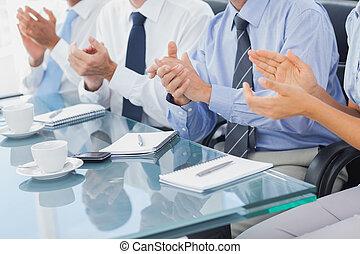 gruppo persone affari, battimano, in, il, boardroom