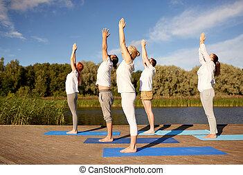 gruppo persone, fabbricazione, yoga, esercizi, fuori