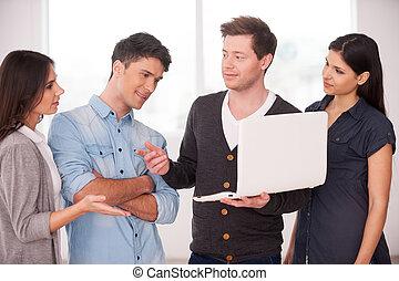 gruppo, persone, qualcosa, laptop, giovane, uno, progetto, mentre, insieme., presa a terra, discutere, uomo