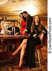 gruppo, persone, roulette, casinò, giovane, dietro, tavola