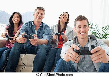 gruppo, sedere, macchina fotografica, giochi, ridere, fronte, amici, gioco