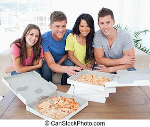 gruppo, sguardo, seduta, essi, macchina fotografica, delizioso, fronte, pizza