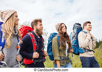 gruppo, sorridente, amici, zaini, andando gita