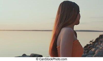 gry, jej, strój, młody, zachód słońca, hair., pomarańcza, dziewczyna, pozy, plaża