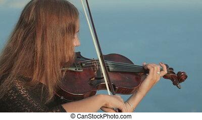 gry, młody, maswerk, wiolinista, morze, skała, strój