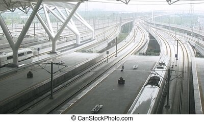 Platform becomes empty when the train leaves - GUANGZHOU -...