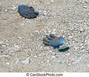 guantes de seguridad, en el suelo