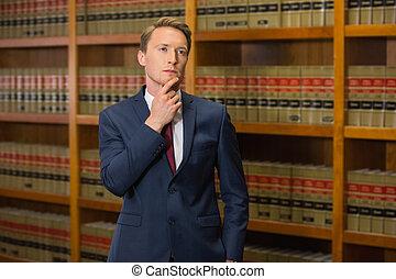 guapo, abogado, en, el, biblioteca ley