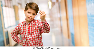 guapo, bebé, niño, con, ojos verdes, enojado, el gesticular, típico, italiano, gesto, con, mano, mirar a cámara