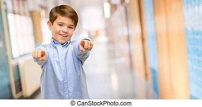 guapo, bebé, niño, con, ojos verdes, señalar con el dedo hacerlo/serlo, el, frente, con, dedo