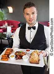 guapo, camarero, porción, apetitoso, toque comida, fuente