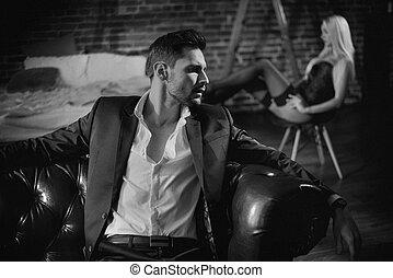 guapo, el relajar del hombre, en, el, lujoso, apartamento, con, un, sensual, mujer