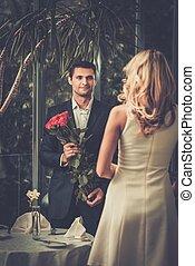 guapo, el suyo, rosas, ramo, fechando, dama, rojo, hombre