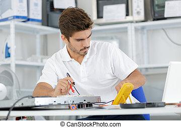 guapo, electricista, prueba, inducción, repisas de hogar