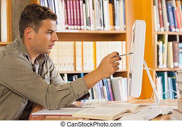 guapo, enfocado, estudiante, señalar, computadora