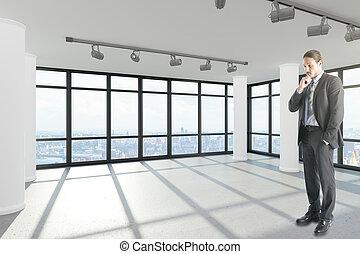 guapo, hombre de negocios, en, moderno, interior